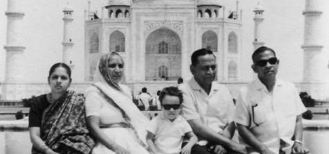 Dada (2. v.R.), Ba (2. v.L.) und MiSha am Taj Mahal (1969)